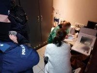 Dwóch umundurowanych policjantów wraz z z dwiema pracownicami senepidu podczas kontroli klubu.