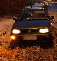 Pojazd osobowy na poboczu drogi.